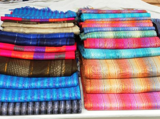Gray Line Tours Ecuador : Pretty colours in Otavalo Market