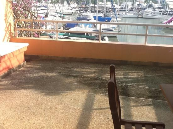 Phuket Boat Lagoon Resort: dirt balcony, smelly too