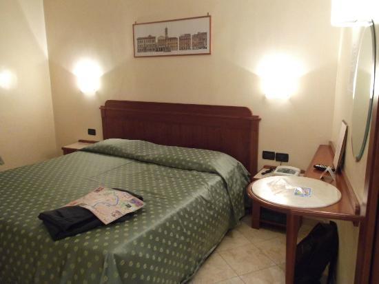 هوتل سميرالدو: The room 