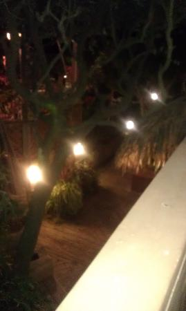 Ocean Isle Inn: Well lit walkways. They work very hard to maintain the lush tropical feel of the grounds, rememb