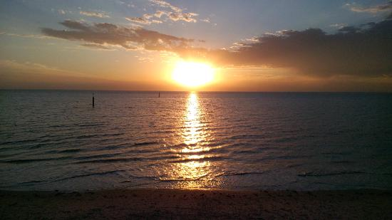 Adelaide Shores Caravan Park: sunset at West Beach