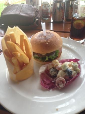 Metadee Resort and Villas: Metadee cheeseburger, highly recommend 