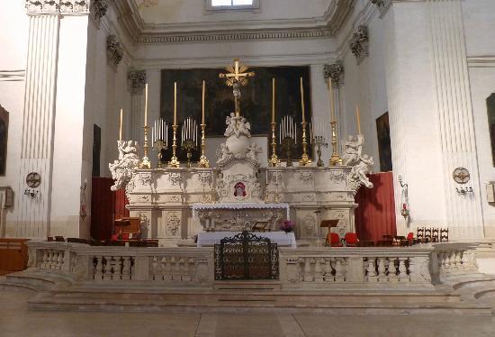Chiesa di Sant'Irene: Chiesa di Sant'Irene-Altare centrale 