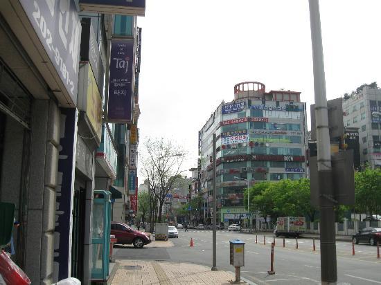 TAJ Yeongtong: view on the Taj from the street