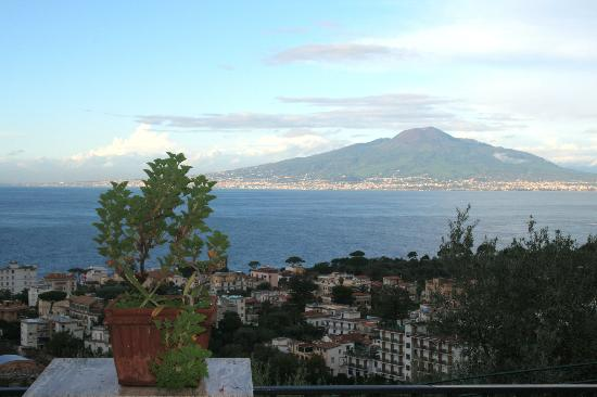 M Suites Sorrento: Sunny view over Bay of Naples