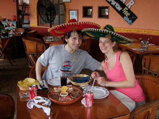 Comida Mexicana: restaurant con todo....hasta sombreros típicos!!!