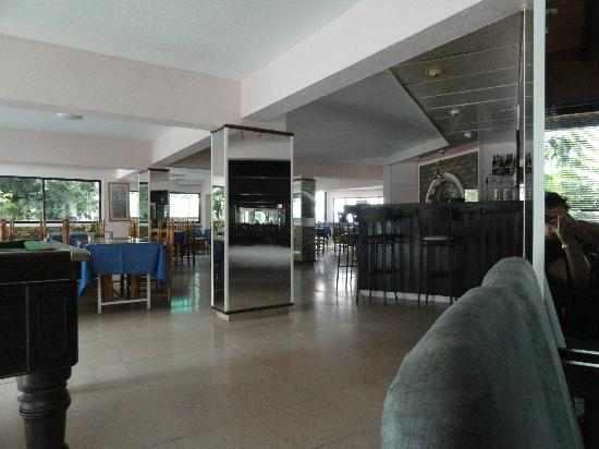 Cactus Hotel: View from lobby to dining room and the lobby bar