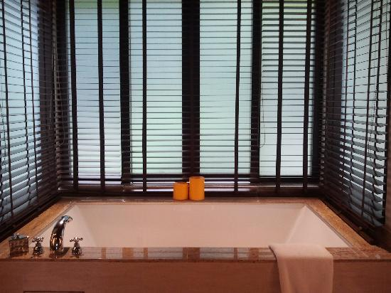 Gaya Island Resort: The bathtub
