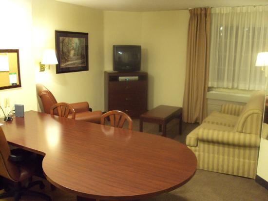 Hawthorn Suites by Wyndham Charlotte/Executive Park: Living area with workspace/table