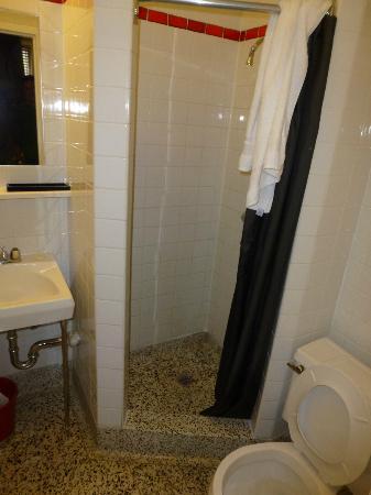 Touchstone Hotel - City Center: Bathroom