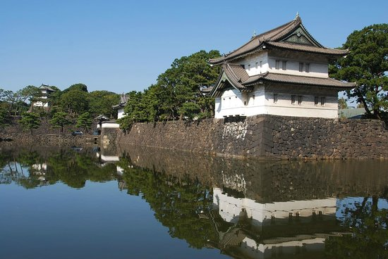 Chiyoda, Japón: The gardens are across the moat and over the imposing wall
