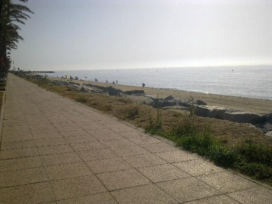 Hotel Vilassar : The lovely beach promenad that goes on forever