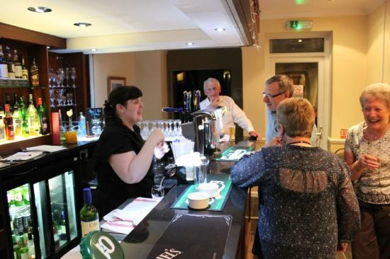 Durley Grange Hotel: A busy Night On the Bar