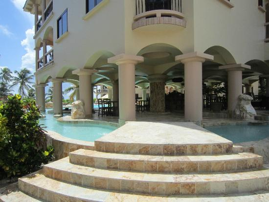 Coco Beach Resort: Swim up bar