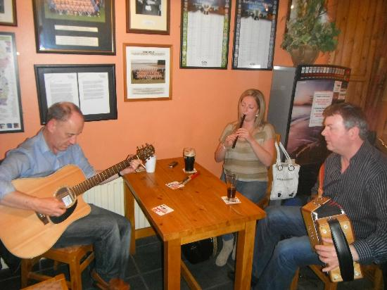 Murrays Bed & Breakfast: Traditional Irish Music in our local pub