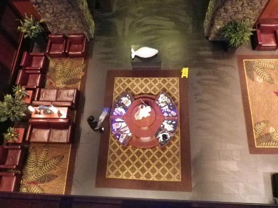 Hotel Alyeska: Aussicht vom 1. Stock auf die gemütlichen Sitze in der Lobby.