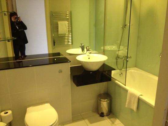 Staycity Aparthotels Laystall Street: main bathroom 901