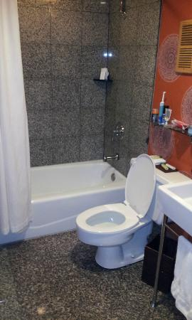 Hotel Maya - a DoubleTree by Hilton Hotel: Superclean and comfortable bathrooms