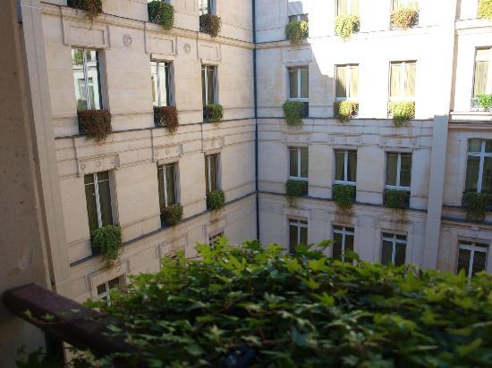 Park Hyatt Paris - Vendome: Courtyard facing room.