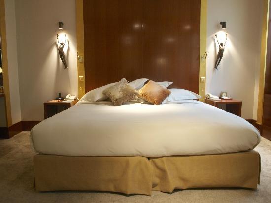 Park Hyatt Paris - Vendome: Bed had silk duvet and was perfect.