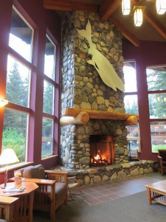Seward Windsong Lodge: Das Cheminee in der Lobby.