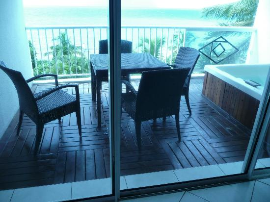 Sapphire Beach Club Resort : Balcony with Whirlpool Tub