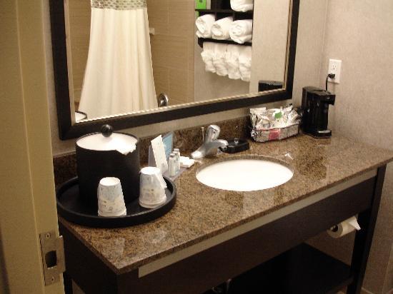 Hampton Inn & Suites Houston/League City: Clean sink and coffee maker