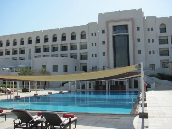 Crowne Plaza Sohar: Pool and back of Hotel