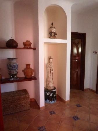 Casa Gatos: A hall (a family coffee or lunch area) shared by two rooms of No. 103