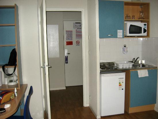 Sejours & Affaires Clairmarais - Reims: Kitchen corner, entrance closet
