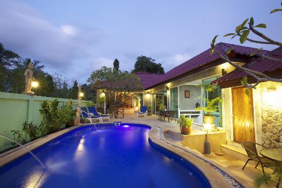Sunshine Guest House Phuket Thailand : Swimmimg pool