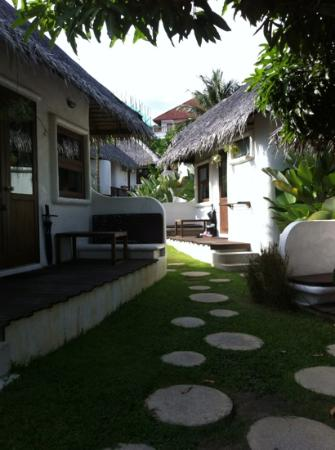 Lazy Day's Samui Beach Resort: Pathway and Bungalows