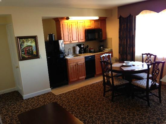 Avenue Plaza Resort: Living Room, Dining Room, & Kitchen Combo