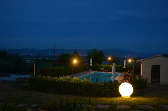 Nonna Rana Holidays Apartments: The pool by night