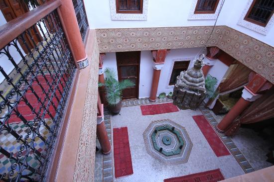 رياض ليلا: accès à la chambre vue du 1er étage 