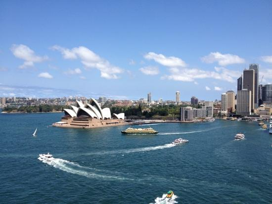Weg vom Opernhaus zum Botanischen Garten: Sydney Opera house and the Royal Botanic Gardens seen from Sydney Harbour Bridge