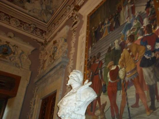 The Royal Palace : Main room statue