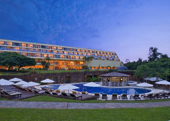 Sheraton Iguazu Resort & Spa: Pool & hotel facade