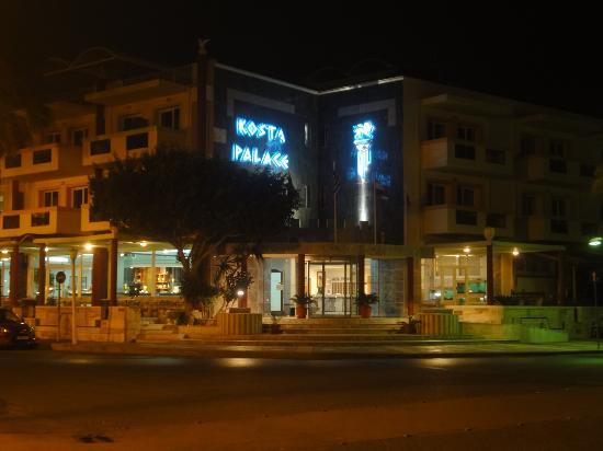 Kosta Palace: Eingang bei Dunkelheit