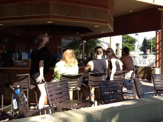 Cabana's Beach Bar & Grill: Folks sitting at the bar in Cabanas.