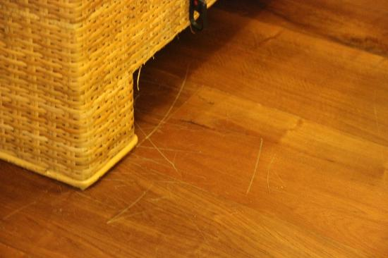 Metadee Resort and Villas: old scratched floors