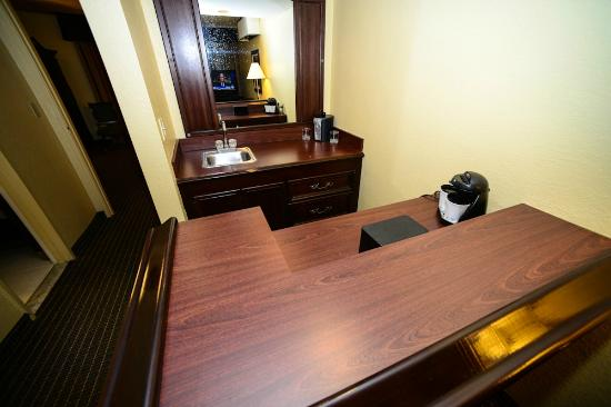 Embassy Suites by Hilton Baton Rouge: in-room bar
