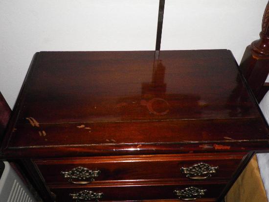بايمونت إن آند سويتس: Nasty & Scratched up Furniture 