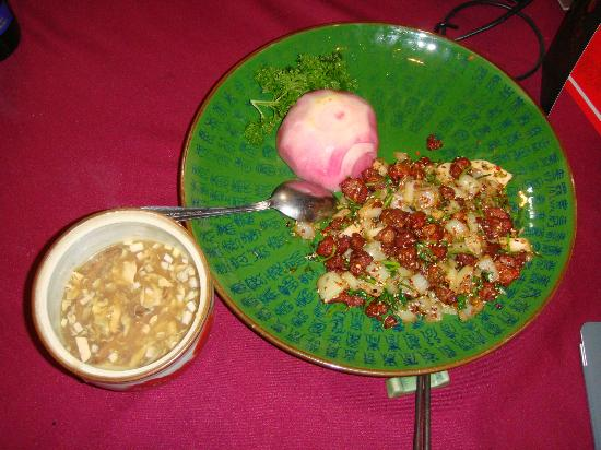 Red Capital Club: 左は酸辣湯、右は羊肉と葱の炒め