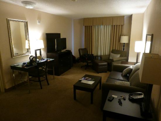 Holiday Inn & Suites Across from Universal Orlando: Lounge / Kitchen area