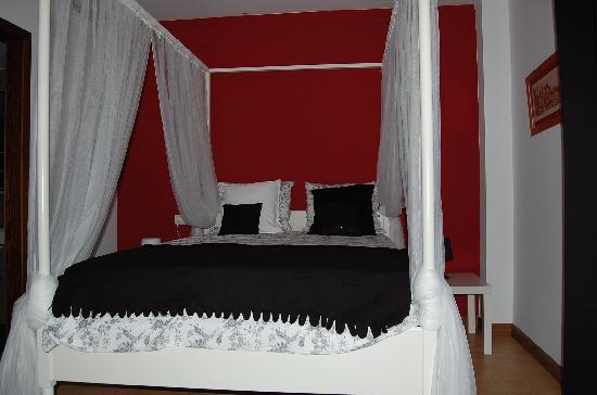 Casa De La Pau : habitación romántica