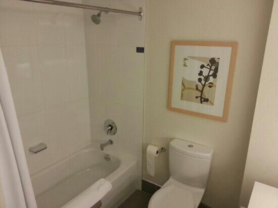 Coast Bastion Hotel: Super clean bathroom