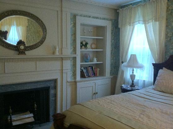 Applewood Manor Bed & Breakfast : Sarah's Room on 1st floor