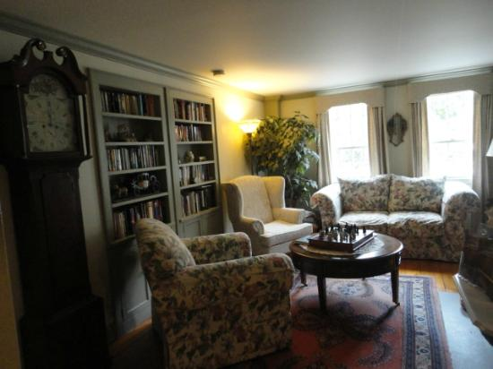 Applewood Manor Bed & Breakfast : Library/living room