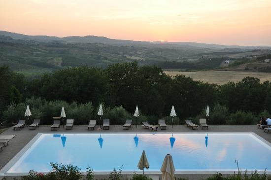 Castello di Fulignano : Pool area at sunset